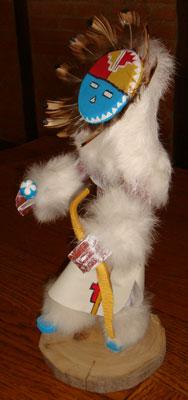 Les couleurs peintes sur cette poupée fétiche, ou kachina doll, ont une grande importance