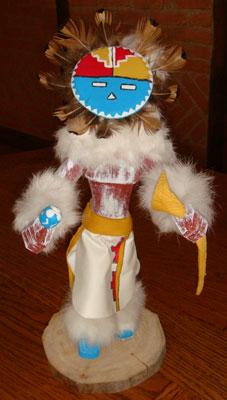 Cette poupée fétiche ou kachina doll est en bois, cuir, plumes, peau de lapin