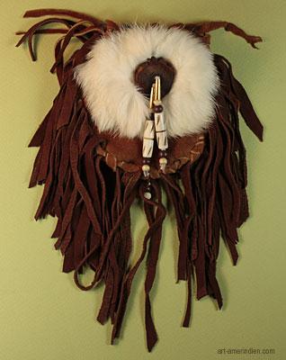 Medicine Bag Amerindien en cuir d'elan, avec franges, décoré d'une peau de lapin blanc, de perles d'os gravées et de bois de cerf