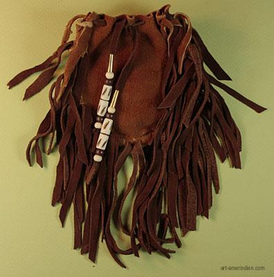 Envers du medicine bag amérindien en cuir d'elan orné de perles en Os gravé et de cônes en laiton