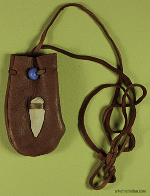 Medicine bag amérindien en cuir orné d'une pointe de flèche en pierre et d'une perle de verre