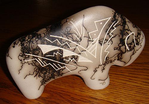Poterie Horse Hair Navajo représente un bison américain orné de symboles ethniques Indiens