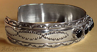 Indian Native American Navajo jewelry, this ethnic Navajo tribal bracelet is signed Evelyn Yazzie